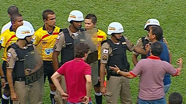 Comissão técnica do Guarani-MG parte pra cima dos árbitros após gol polêmico do América-MG (Foto: Premiere FC)