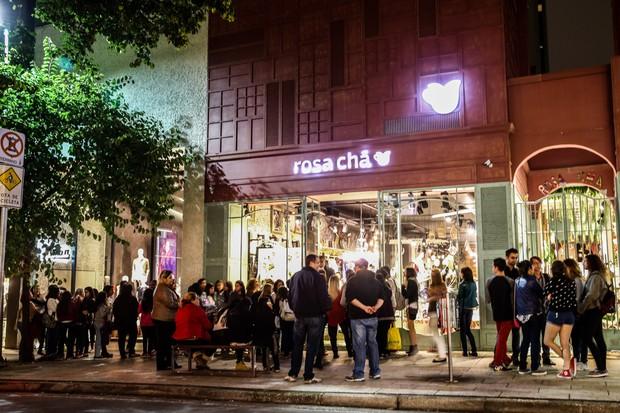 Fãs se aglomeram em frente a loja (Foto: Manuela Scarpa / PhotorioNews)