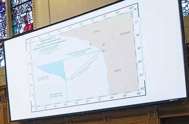 Mapa com limites territoriais no Oceano Pacífico é projetado em sessão da Corte Internacional de Justiça em Haia, na Holanda (Foto: Michael Kooren/Reuters)
