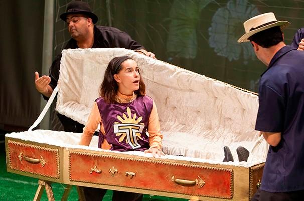 Personagem de Lucélia Santos sonha com um funeral de luxo (Foto: Divulgação)