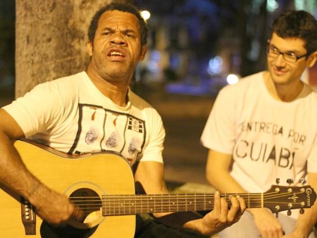 O artista em situação de rua, Sérgio Revoluções, e o idealizador do projeto, Flávio Silva (Foto: Desireé Galvão/ G1)