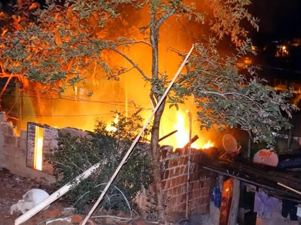 Incêndio casa Muriaé, MG (Foto: Silvan Alves/silvanalves.com.br)