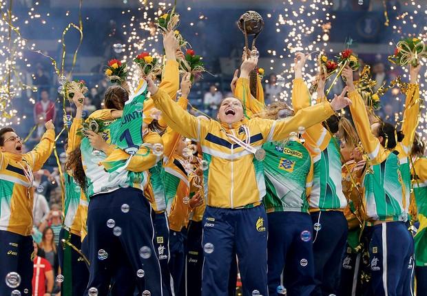 EFEITO OPOSTO A equipe brasileira de handebol depois de conquistar o ouro no Mundial. Na preleção, o técnico disse que elas mereciam a prata (Foto: Srdjan Stevanovic/Getty Images)
