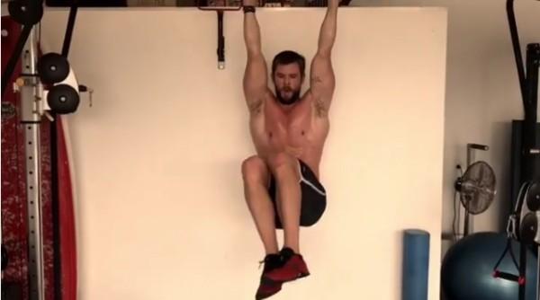 O ator Chris Hemsworth durante uma sessão de exercícios (Foto: Instagram)
