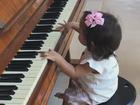 Deborah Secco mostra a filha tocando piano: 'Minha musicista!'