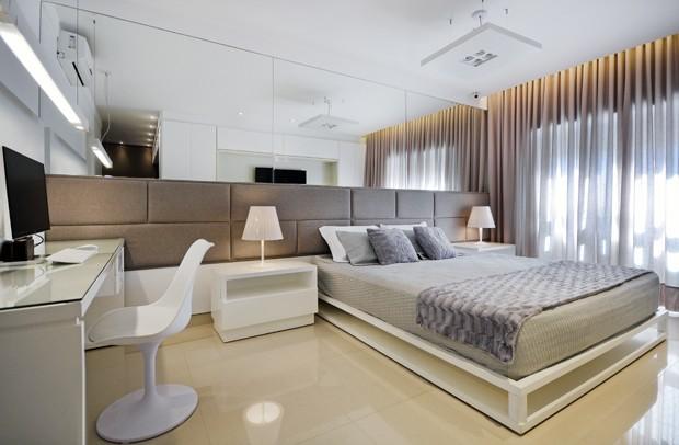quarto-casal-neutro-cadeira-branca-cabeceira-estofada-espelhada-cortina-abajur-branco.JPG (Foto: Marcus Camargo/Divulgação)