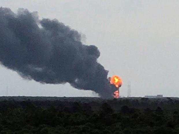 Explosão é vista no local de lançamento de foguete da SpaceX em Cabo Canaveral, nos EUA (Foto: GirlieToNerdy/Handout via REUTERS)