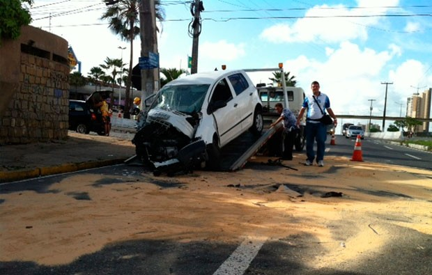Fox ficou parcialmente destruído após bater de frente em um poste na BR-101, em Natal (Foto: Anderson Barbosa/G1)