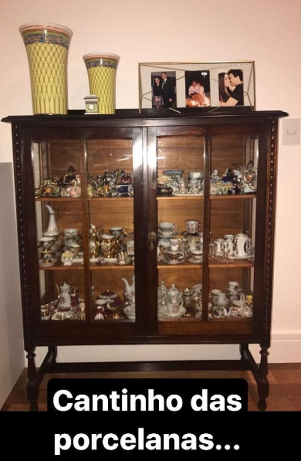 Zilu Godoi  mostra a coleção de porcelana (Foto: Reprodução)