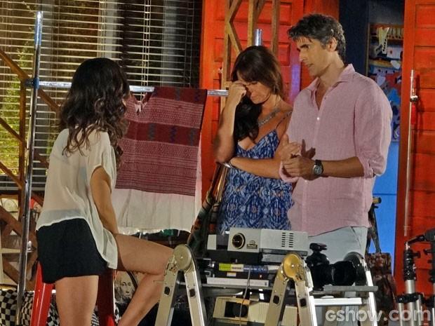 Clara fica irritadíssima com proposta do marido (Foto: Em Família/TV Globo)