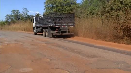 'Caminhão fica mais fora que dentro da estrada', diz motorista sobre buracos na TO-070