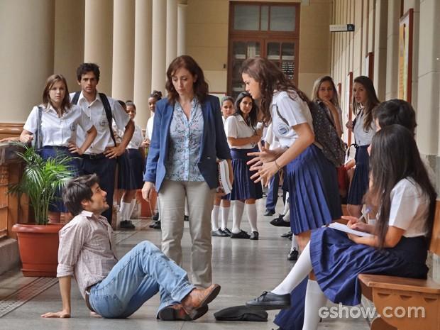 Helena empurra Laerte no meio do corredor e o namorado cai no chão (Foto: Em Família/ TV Globo)