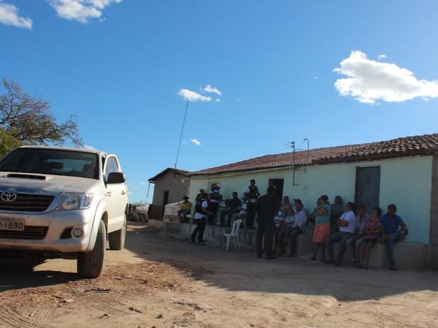 Familiares se reúnem estarrecidos com chacina no Piauí (Foto: Ellyo Teixeira/G1)