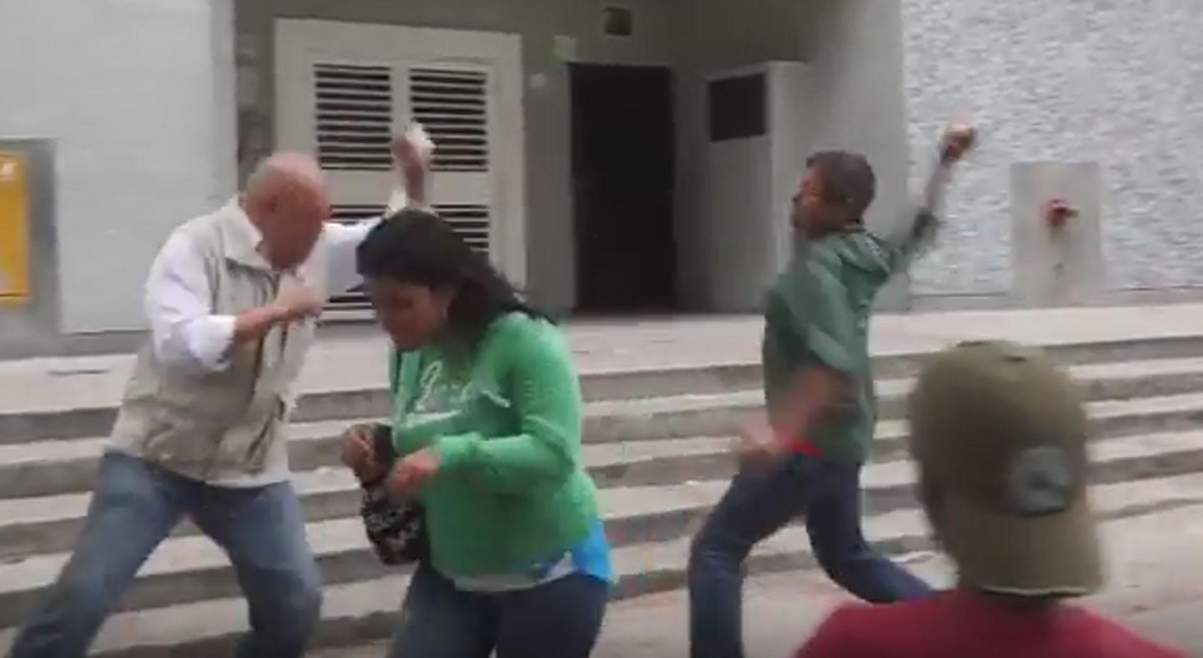 Violência aconteceu durante um protesto contra plano de racionamento de energia (Foto: Reprodução/Youtube/Unidad Venezuela)