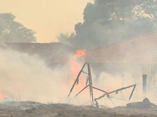 Incêndio se espalhou por canavial e se aproximou de casas em Pitangueiras (Foto: Paulo Souza/EPTV)