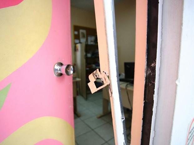 Portas da Pestalozzi foram arrombadas. (Foto: Jonathan Lins/G1)
