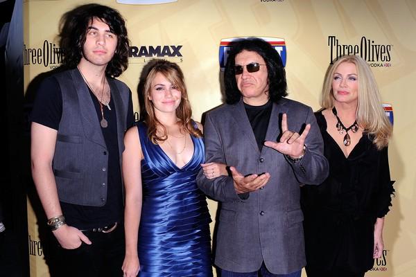 O cantor Gene Simmons do Kiss com a esposa e os filhos (Foto: Getty Images)