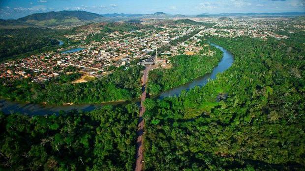 Rodovia que une a área urbana de Parauapebas, no Pará, e a Floresta Nacional de Carajás; país tem mais de 15,5 mil km de estradas cortando unidades de conservação  (Foto: Joao Marcos Rosa/BBC)