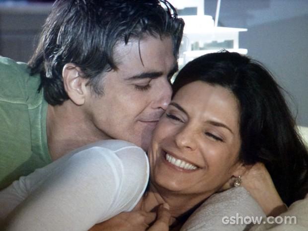 Cadu e Verônica têm noite de amor (Foto: Em Família / TV Globo)