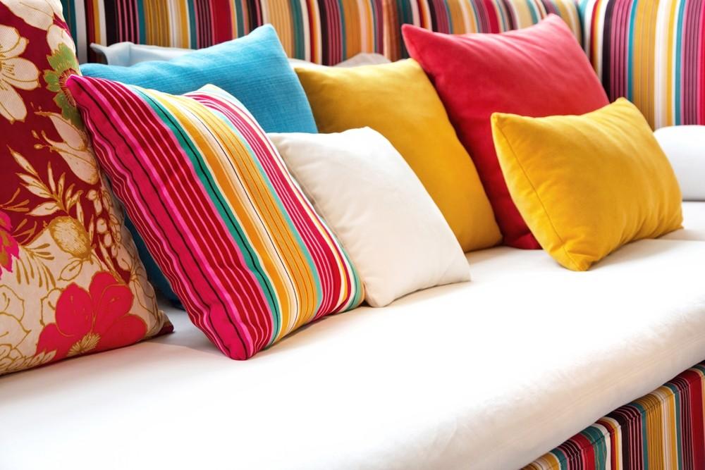 Resultado de imagem para almofadas estampadas cores diferentes