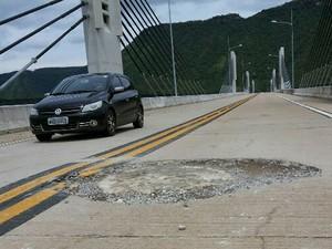 Buraco na ponte entre Miracema e Lajeado atrapalha os motoristas que trafegam pelo local (Foto: Paparazzo Caminhões da BR-153/Divulgação)
