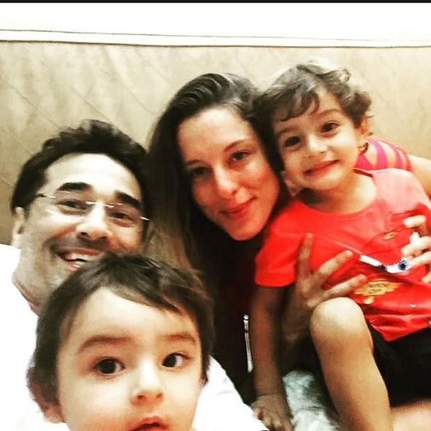 Luciano Szafir com a mulher, Luhanna, e os dois filhos do casal (Foto: Instagram/Reprodução)