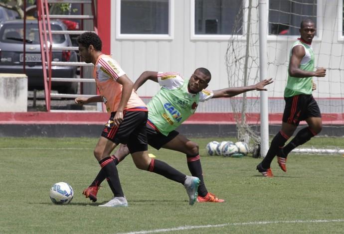 Wallace passa por Marcelo Cirino no treino do Flamengo (Foto: Gilvan de Souza / Flamengo)