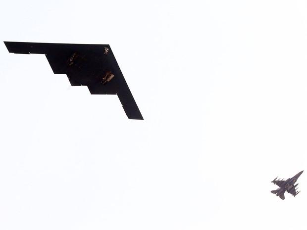 Uma aeronave fantasma americana B-2 Spirit (esq.) voa ao lado de um jato sobre Pyeongtaek, ao sul de Seul, na Coreia do Sul. A aeronave militar teria participado de uma simulação em que bombardeou um alvo,segundo uma fonte militar. (Foto: Reuters/Sin Young-keun/Yomhap)
