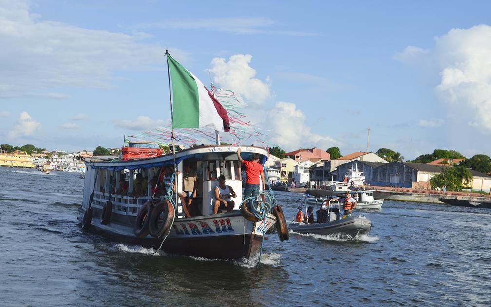 Fiéis acompanharam o cortejo em embarcações de vários tamanhos (Foto: Geovane Brito/G1)