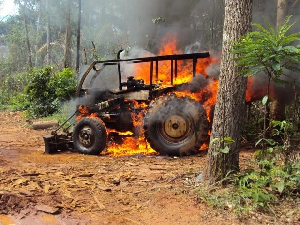 Trator foi incendiado por fiscais do Ibama em área de desmatamento ilegal dentro de terra indígena (Foto: Ibama/Assessoria)