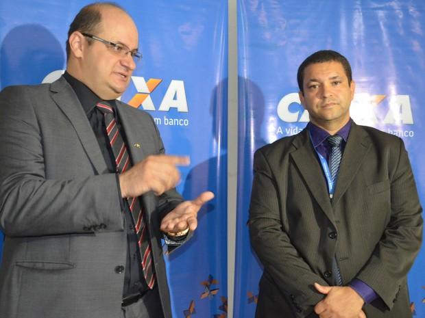 Superintendente Marcio Fiod (esq.) e gerente regional José Dias (dir.) da Caixa Econômica falaram sobre as regras para receber FGTS (Foto: Aline Nascimento/G1)
