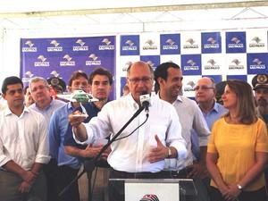 Governador falou com a imprensa durante visita a Santos (Foto: Orion Pires/G1)