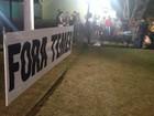 Manifestantes estendem faixas contra Michel Temer em praça de Porto Velho