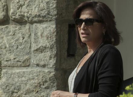 Heleninha tenta fugir de Bibi e leva fora da vizinha