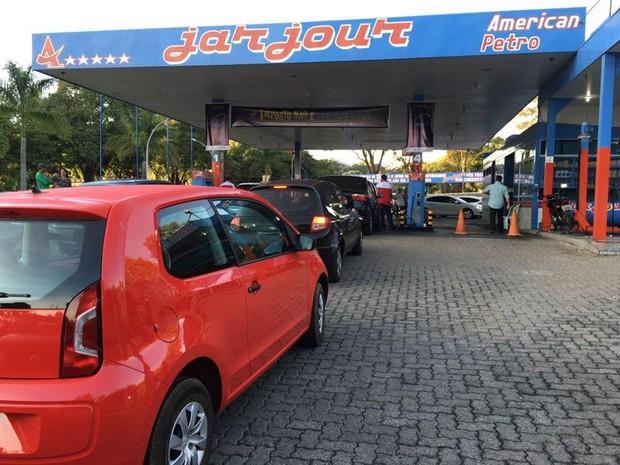 Motoristas fazem fila para abastecer veículos com gasolina sem imposto em Brasília; valor cai de R$ 3,72 para R$ 2,35 (Foto: Maria Luiza Albuquerque/Divulgação)