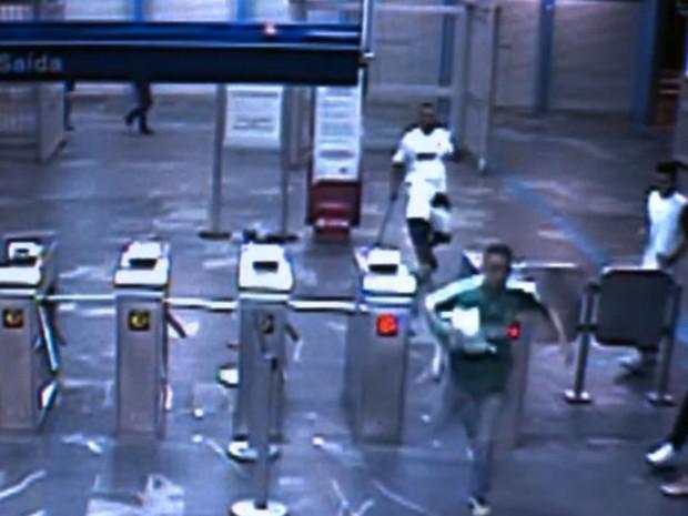 Vídeo mostra torcedor santista com barra de ferro nas mãos perseguindo palmeirente em estação da CPTM (Foto: Reprodução TV Globo)
