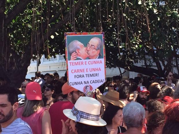 Capa de revista vira cartaz em protesto contra Temer (Foto: Fernanda Rouvenat/G1)