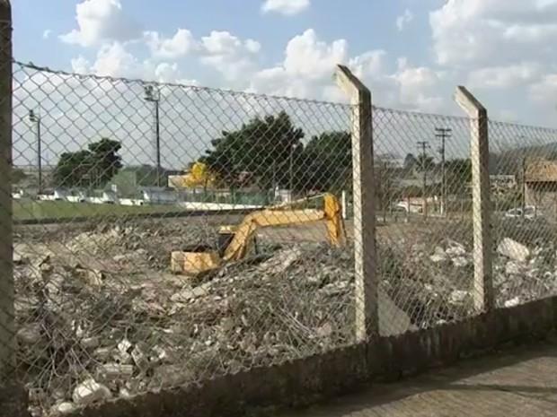 Estrutura do centro esportivo foi 'ao chão' em Cabreúva (Foto: Reprodução/TV TEM)
