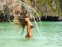 Vanessa Mesquita faz clássica foto jogando os cabelos na Tailândia