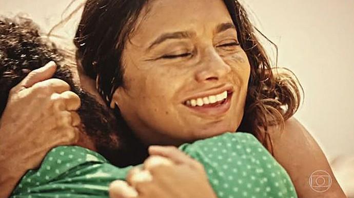 Beatriz e Bento se entregam à paixão (Foto: TV Globo)