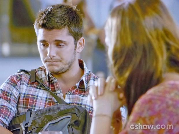 André engole a seco as acusações da namorada sobre ter maltratado sua mãe (Foto: Em Família/ TV Globo)