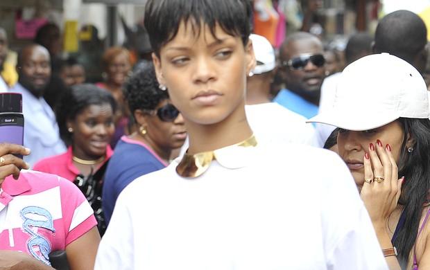 Rihanna faz compras de Natal em um shopping de Barbados (Foto: X17/Agência)