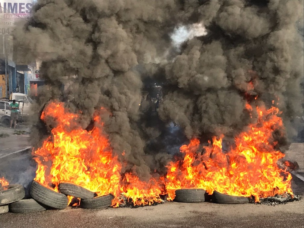 Manifestantes tocaram fogo em pneus na avenida Tancredo Neves, em joão Pessoa, durante paralisação (Foto: Walter Paparazzo/G1)