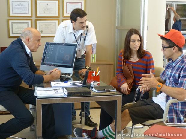 O Mathias chama a Raquel e pede pro Orelha explicar o que sabe da Lia... (Foto: Malhação / Tv Globo)