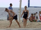Rodrigo Hilbert e Fernanda Lima jogam vôlei na praia do Leblon