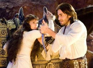 Príncipe Dastan (Jake ) encontra uma adaga com poderes mágicos (Foto: Divulgação)