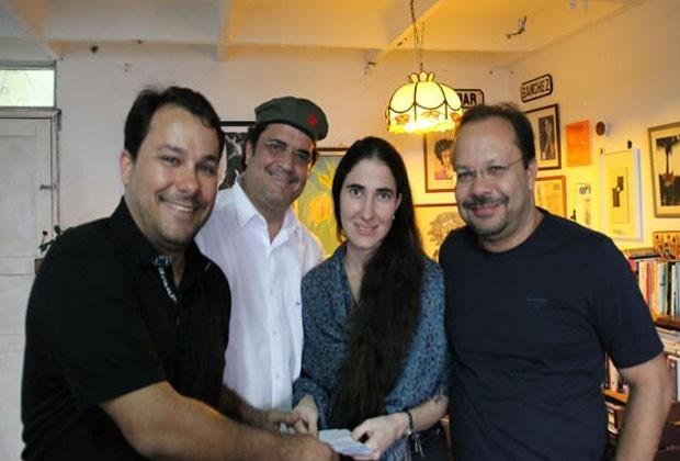 A blogueira Yoani Sánchez recebe as passagens compradas pelos brasileiros de Feira de Santana, cidade na Bahia. (Foto: Xiko Melo)