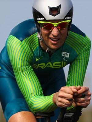 Descrição da imagem: Lauro Chaman em ação na prova de ciclismo na Paralimpíada Rio 2016 (Foto: AFP)