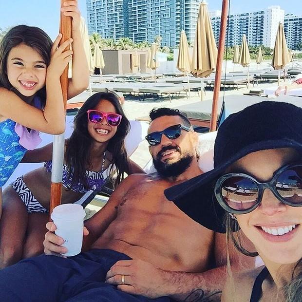 Vítor Belfort com a mulher, Joana Prado, e com as filhas, Victoria e Kyara (Foto: Instagram/ Reprodução)