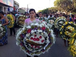 Multidão se despede de radialista assassinado em Lagoa de Itaenga (Foto: Edison Silva/ TV Globo)
